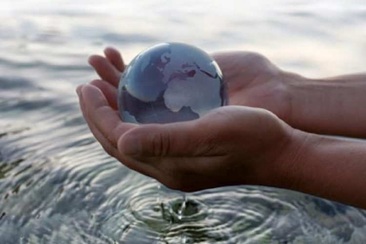 rsz_contaminated_water_with_hand_holding_globe